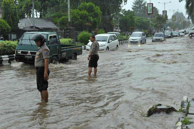 Hujan deras kembali mengguyur Kota Banjarbaru, Rabu 12 April 2017. Hujan yang turun dengan intensitas tinggi ini persis sama dengan peritiwa yang menenggelamkan jalan utama Jl Ahmad Yani di Kota Banjarbaru dua hari yang lalu.