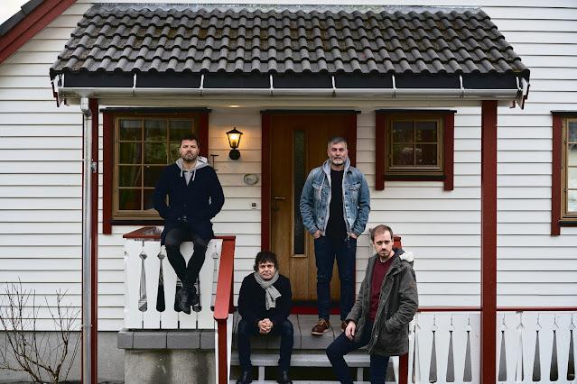 Jorge Martí, tercero desde la derecha, con una chaqueta vaquera. | Fotografía promocional