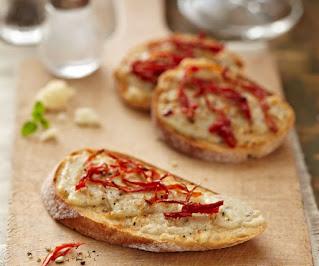 Crostini de guisantes y tomates secos