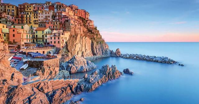 Cinque Terre là cái tên đã quá nổi tiếng trên bản đồ du lịch thế giới. Vùng Cinque Terre nằm ở Tây Bắc Italy, thuộc thành phố La Spezia và có 5 ngôi làng xinh đẹp là Monterosso al Mare, Vernazza, Corniglia, Manarola và Riomaggiore. Trong số này, Riomaggiore và Manarola là 2 tọa độ nổi tiếng nhất.