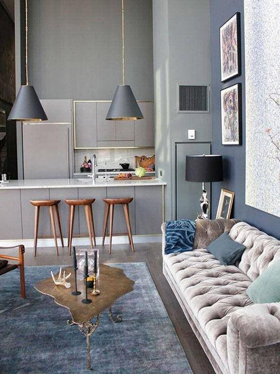 Bếp màu xám hiện đại và phòng khách với màu xám, xanh dương và nâu sẫm tạo thành một không gian vô cùng cá tính.
