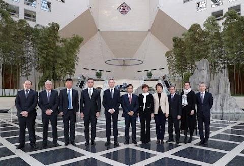 A világ legnagyobb bankjával írt alá stratégiai megállapodást a magyar pénzügyminiszter