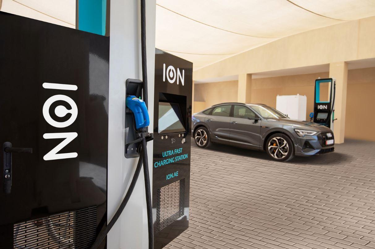 """شركة """"أيون"""" تطلق محطات للشحن الكهربائي فائق السرعة في أبوظبي"""
