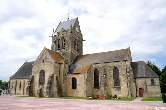 La famosa chiesa di Sainte Mere Eglise