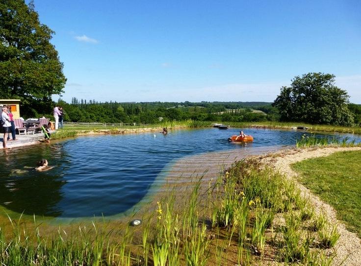 niña bañandose en piscina ecologica o biologica