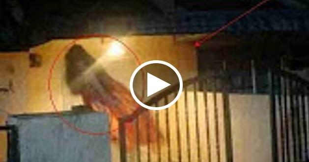 [VIDEO] SERAMM!! Penampakan Hantu Terjelas Terakam CCTV. ALLAHUAKBAR!! TOLONG Jangan Tengok Jika Ada Yang Lemah Semangat!