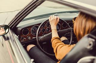 mașină în viteză, condusă de o femeie - foto de Matthew Henry - preluată de pe www.unsplash.com