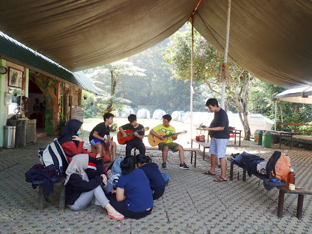 5 aktivitas seru bersama anak saat camping