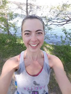 Coureuse souriante, rivière des Prairies, l'été
