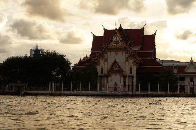 Pemandangan kuil disore hari dari Sungai Chaophraya