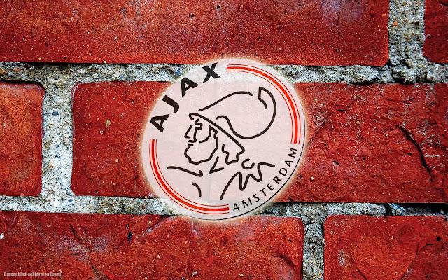 Rode Ajax wallpaper met logo en stenen muur met voegen