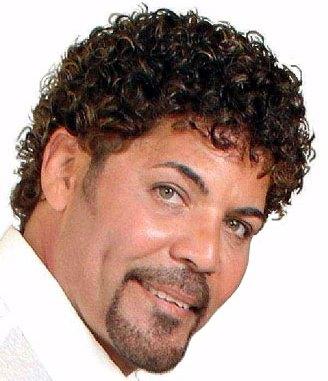 Foto de Willie Gonzalez con cabello crespo