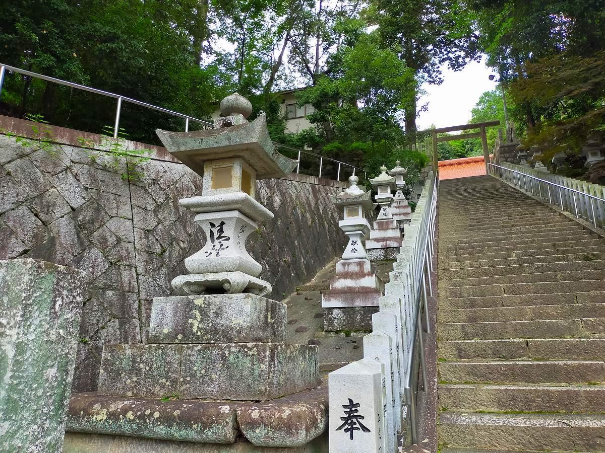 石灯籠が並ぶ長い階段を上がります。