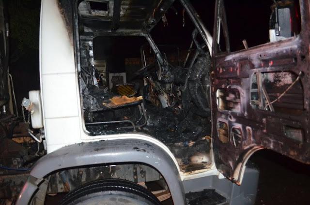 Caminhão de coleta de lixo pega fogo em via pública em Rondônia