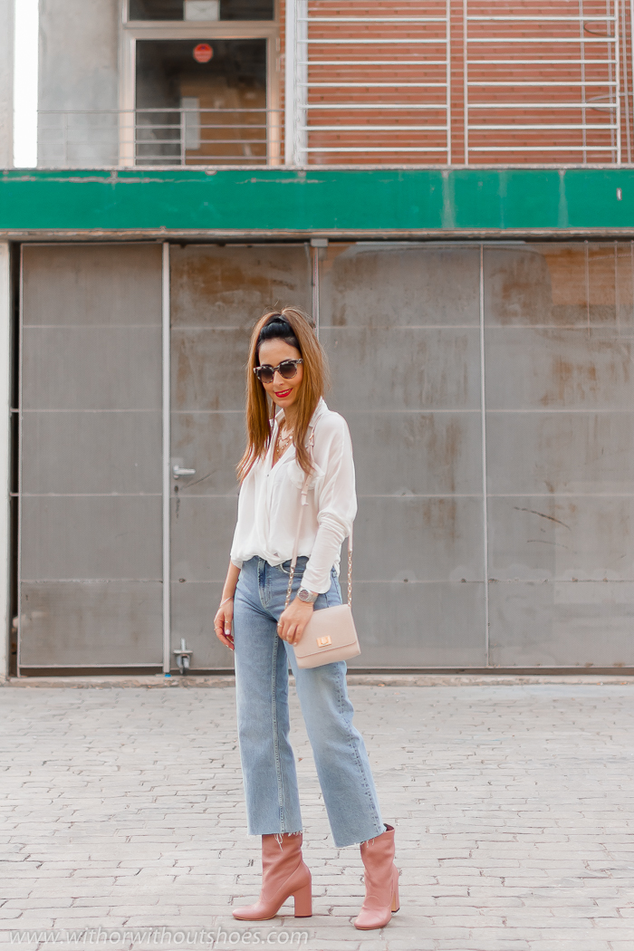 Cómo combinar unos botines rosas AGL: camisa blanca Nu Denmark y jeans
