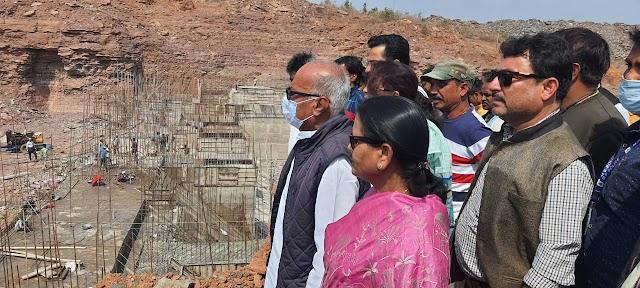 पूर्व वित्त मंत्री जयंत मलैया ने सतधरु सिंचाई परियोजना का जायजा लिया.. आने वाले समय मे घर घर पहुँचेगा पीने का पानी.. इधर दमोह पहुची महिला कांग्रेस की प्रदेश अध्यक्ष माण्डवी चोहान ने कहा उस महिला को टिकिट दी जाएं जिसकी संगठन में सक्रिय भागीदारी हो..