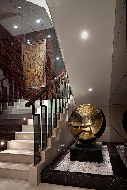 Cầu thang kính sang trọng kết hợp với tay vịn gỗ
