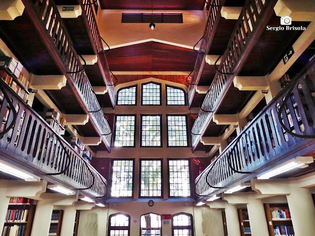 Vista ampla do interior da Biblioteca George Alexander - Mackenzie - Higienópolis - São Paulo