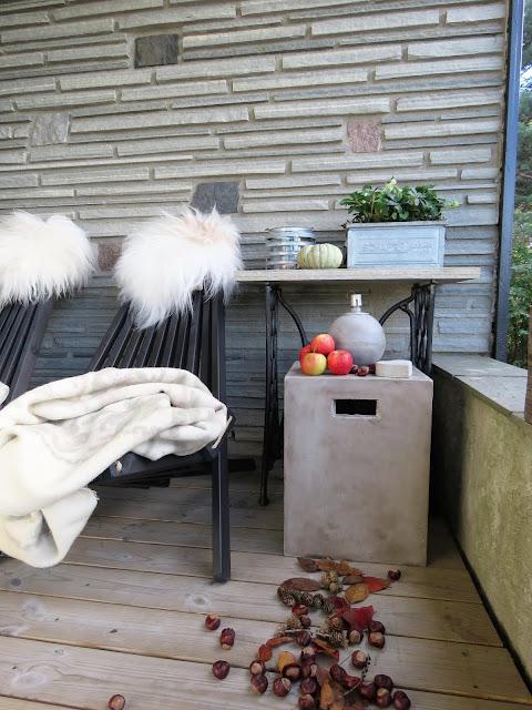 Høst på overbygget veranda i Furulunden - pyntet til høst med skinn og pledd IMG_3025 (2)-min