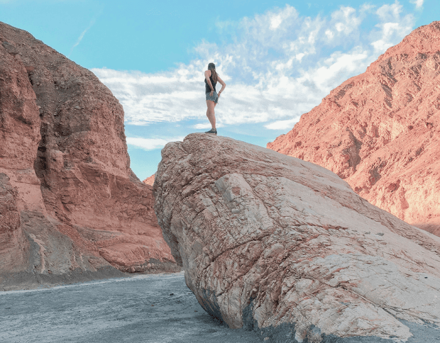 Tuy nhiên, vài giây lướt xuống một bên của cồn cát không phải là điều khiến cho việc leo lên đến đỉnh trở nên đáng giá. Chính sự tương phản giữa những ngọn núi đỏ ở biên giới và núi lửa phủ tuyết trắng ở phía xa, với nền trời xanh trong trên cao mới khiến trải nghiệm trở nên đáng nhớ. Tất nhiên, bạn vẫn có thể thỏa sức tận hưởng niềm vui trong tư thế giữ thăng bằng khi trượt xuống 150 mét trên cát.