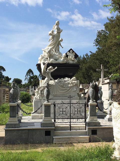 Tumba de doña Agapita, mausoleo en mejor estado de conservación del Cementerio General de la Ciudad de Guatemala
