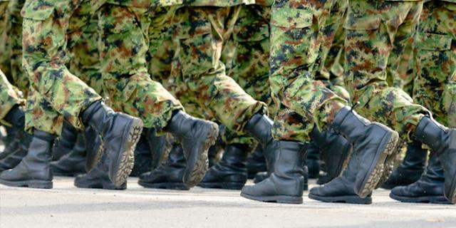 Militares desfilando.