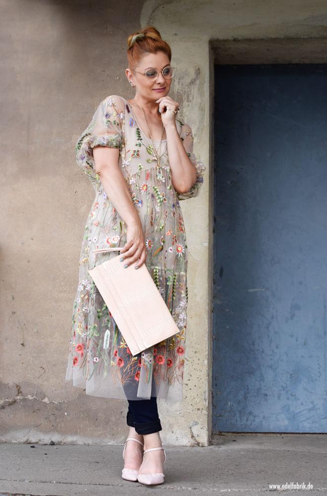 durchsichtiges Kleid mit Blumenstickerei