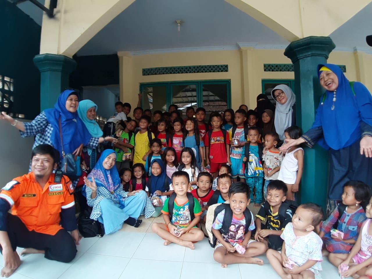 Majelis Taklim Al Islah dan WMI Bagikan Paket School Kit untuk Korban Bencana Bogor dan Banten
