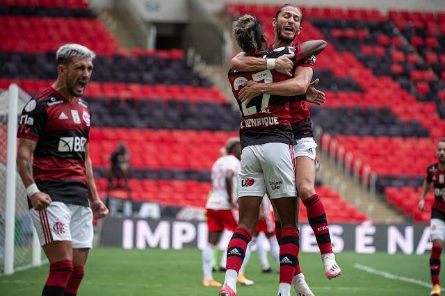 Flamengo vence Inter de virada e assume a liderança do Brasileiro.