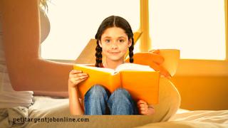 Fille et femme lire pour s'accomplir, gagner argent en ligne