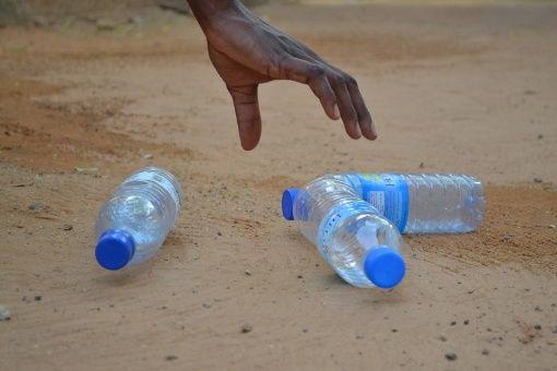 ¿Tomar agua embotellada perjudica la salud?