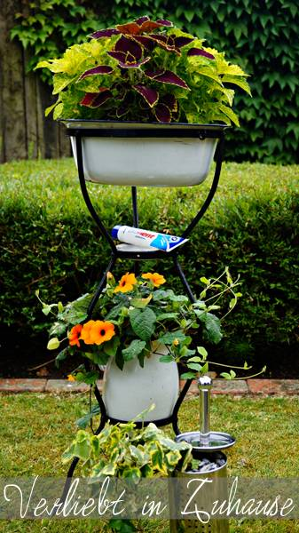 Außergewöhnliche Gartendeko und kreative Upcycling Idee: Eine alte Waschschüssel mit Krug als Gartendeko