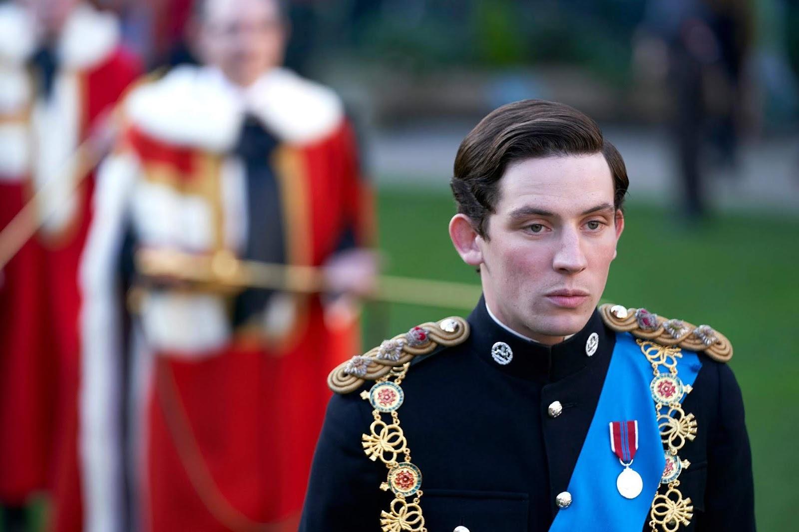 Josh O'Connor como Príncipe Charles