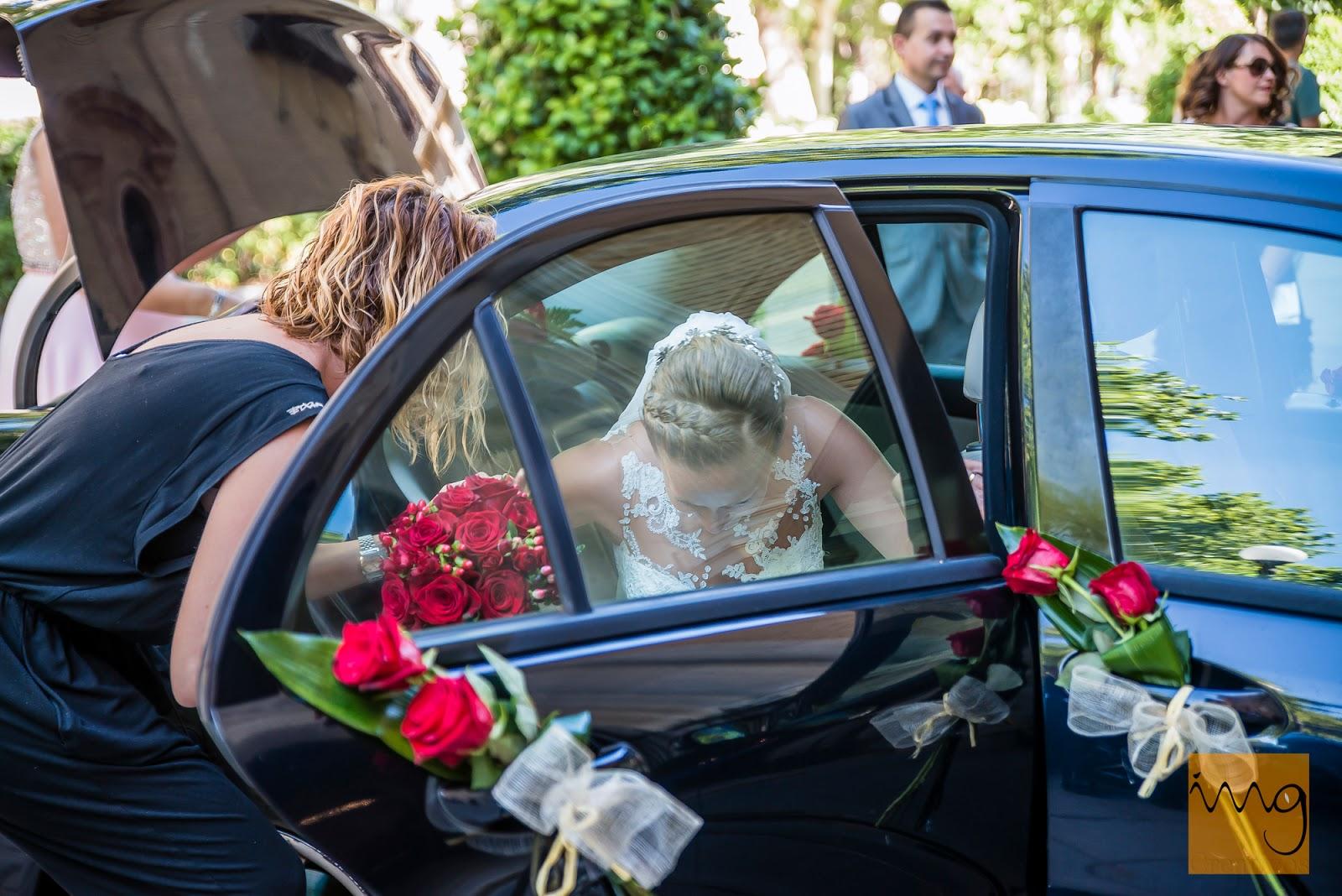 Fotografía de la novia saliendo del coche el día de su boda