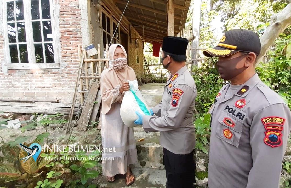 """Hari Pertama Puasa, Kapolres Kebumen """"Door to Door"""" Bagikan Takjil di Pelosok"""