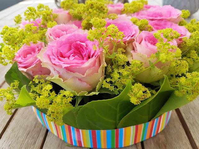 Blumentorte aus rosa Rosen und grünem Frauenmantel