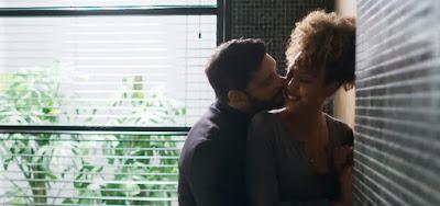 Bom Sucesso: Pegos no pulo, Diogo e Gisele são flagrados aos beijos na mansão