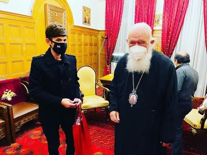 ΦΩΤOΓΡΑΦΗΘΗΚΕ ΜΑΖΙ ΤΟΥ! Ο αρχιεπίσκοπος Ιερώνυμος μετατράπηκε σε ...αξιοθέατο και εκλογικό σπόνσορα του Μένιου Φουρθιώτη