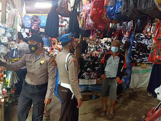 Patroli Pasar, Anggota Polsek Alla Sampaikan Pesan Kamtibmas Ke Pedagang