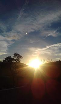 Imagem do nascer do sol por trás dos morros