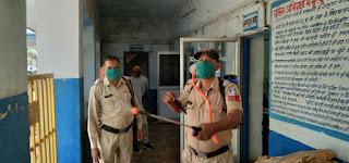 कोरोना संक्रमण की रोकथाम के लिए शहर थाना प्रभारी राजकुमार शर्मा ने कराया थाने पर सेनेटाइजर का छिड़काव