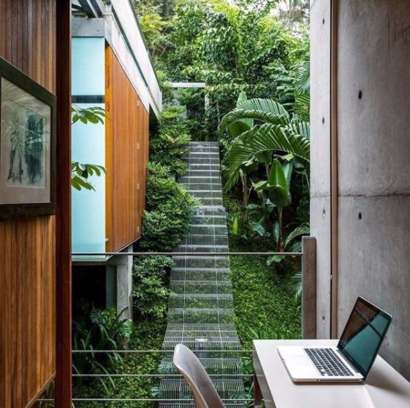 jasa arsitek dengan desain dinding semen dan kayu