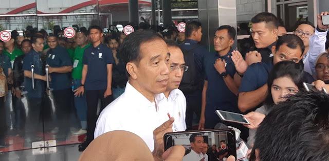 Jokowi Ingatkan Ojol Jangan Gunakan HP Sambil Berkendara