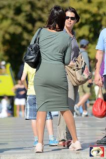 Hermosa chica francesa vestido entallado parque