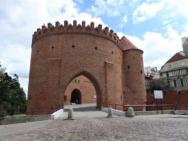 barbacane, porta di accesso alla città vecchia di varsavia