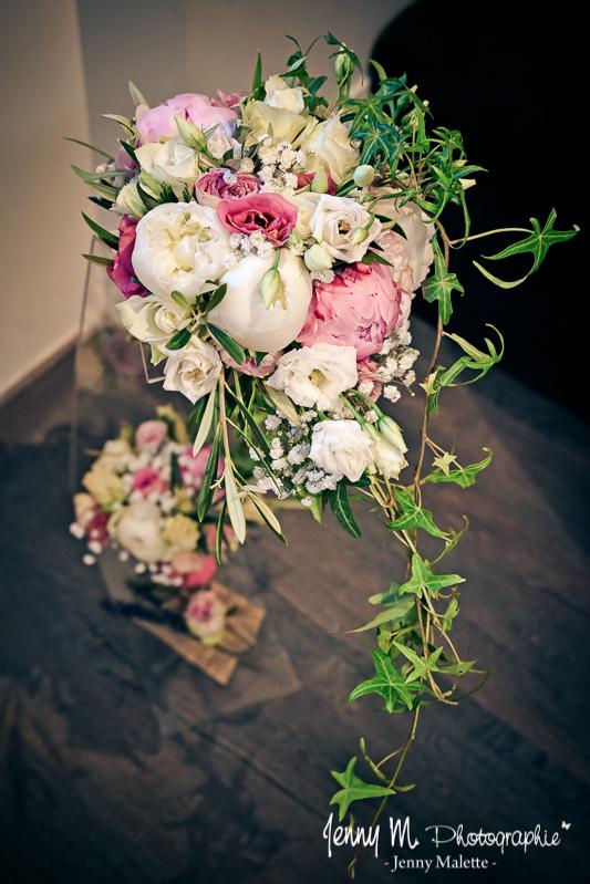 bouquet de la mariée avec pivoines, lisianthus et lierre