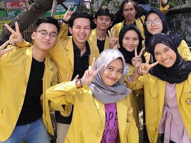 Mahasiswa menggunakan Almamater warna kuning