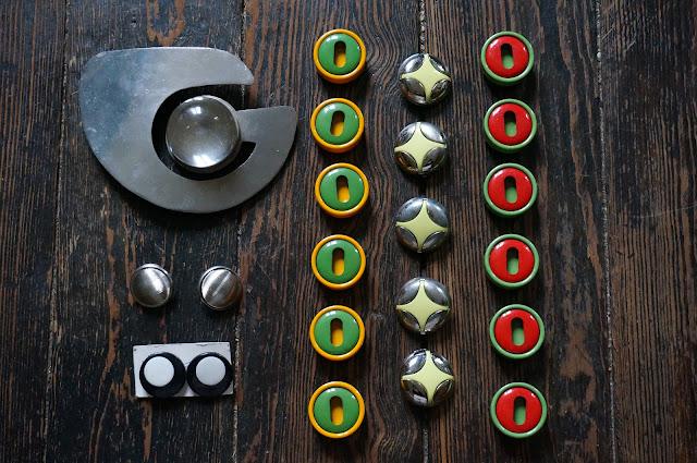 large space age belt earrings button mod 1960s 60s 1970s 70s annees 60 70 bouton boucle ceinture oreille