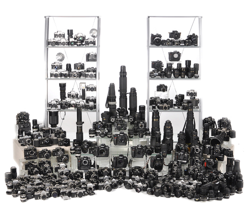Очень много разных фотокамер и объективов