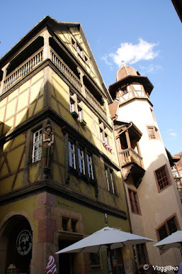 La Casa Zum Kragen è affiancata alla Casa Pfister